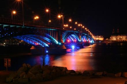 Luminale, Lichtkunstfestival, hier: Theodor Heuss-Brücke, Blick von Kastel nach Mainz. Foto: Sascha Kopp.